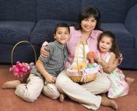 Familie, die Ostern feiert. Lizenzfreies Stockbild