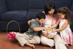 Familie, die Ostern feiert. Lizenzfreie Stockbilder