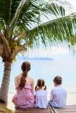 Familie, die Ozeanansicht genießt Stockfotos