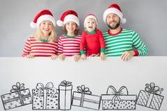 Familie, die Pappfahnenfreien raum hält stockfoto