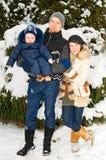 Familie, die in Park geht Lizenzfreies Stockfoto