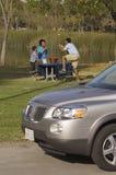 Familie die in Park genieten van Stock Foto's