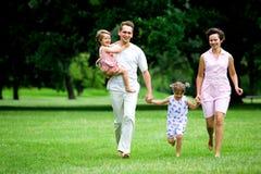 Familie, die in Park läuft Stockfoto