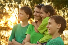 Familie die in park rusten Royalty-vrije Stock Afbeelding