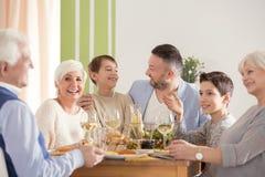 Familie die Pasen-diner eten royalty-vrije stock foto's