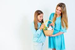 Familie die Pasen viert Royalty-vrije Stock Afbeeldingen