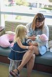 Familie die pasgeboren baby in het ziekenhuis bezoeken royalty-vrije stock fotografie