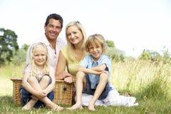 Familie, die Picknick in der Landschaft hat Stockfoto