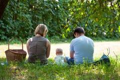 Familie die picknick heeft Stock Afbeelding