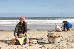 Familie die Picknick op het Strand van de Winter heeft Stock Fotografie