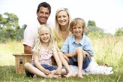 Familie die picknick in platteland heeft royalty-vrije stock fotografie