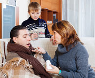 Familie die pillen geven aan de zieke mens Royalty-vrije Stock Foto