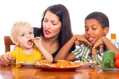 Familie die pizza eten Stock Fotografie
