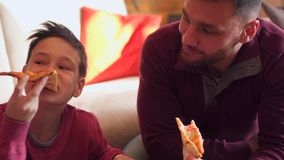 Familie, die Pizza isst stock video