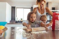 Familie, die Plätzchen in der Küche macht stockfotos