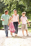 Familie die in Platteland samen loopt royalty-vrije stock fotografie