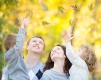 Familie die pret in de herfst hebben Royalty-vrije Stock Afbeeldingen