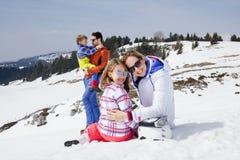 Familie die pret in de sneeuw heeft Royalty-vrije Stock Foto's