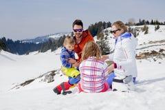 Familie die pret in de sneeuw heeft Royalty-vrije Stock Afbeelding