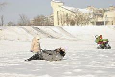 familie die pret in een de winterpark hebben Stock Foto
