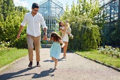 Familie die Pret hebben Openlucht Gelukkige Jonge Ouders, Kinderen het Spelen Stock Afbeelding