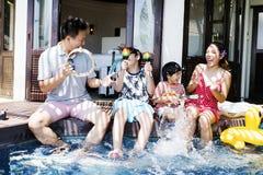Familie die pret hebben samen bij de pool royalty-vrije stock afbeelding