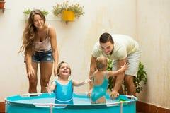 Familie die pret in jonge geitjespool hebben Royalty-vrije Stock Afbeelding