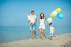 Familie die pret op het strand hebben Stock Afbeeldingen