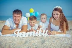 Familie die pret op het strand hebben Royalty-vrije Stock Fotografie
