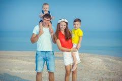 Familie die pret op het strand hebben Stock Foto's
