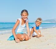Familie die pret op strand hebben Stock Afbeelding