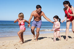 Familie die Pret op Strand heeft Stock Foto