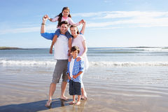 Familie die Pret op Strandvakantie hebben Royalty-vrije Stock Fotografie