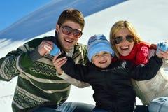 Familie die pret op verse sneeuw hebben bij de wintervakantie Royalty-vrije Stock Foto's