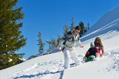 Familie die pret op verse sneeuw hebben bij de wintervakantie Stock Afbeelding