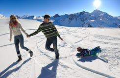 Familie die pret op verse sneeuw hebben bij de wintervakantie Stock Foto's