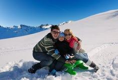Familie die pret op verse sneeuw hebben bij de wintervakantie Royalty-vrije Stock Afbeelding