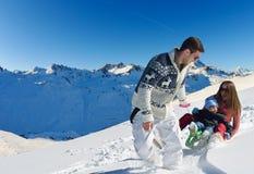 Familie die pret op verse sneeuw hebben bij de wintervakantie Royalty-vrije Stock Fotografie
