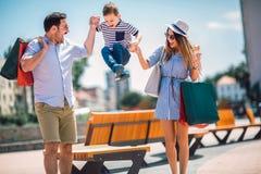 Familie die pret openlucht na het winkelen hebben royalty-vrije stock afbeeldingen
