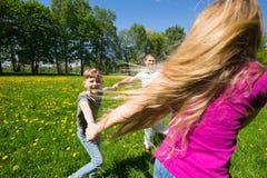 Familie die pret in park heeft Royalty-vrije Stock Fotografie