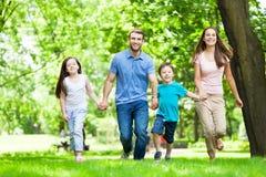 Familie die pret in park heeft Stock Afbeeldingen