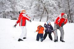 Familie die pret in sneeuw heeft Royalty-vrije Stock Afbeeldingen
