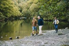 Familie, die ringsum den See-Bezirk wandert stockbild