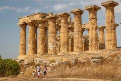 Familie, die ruinierten Tempel besucht Lizenzfreie Stockbilder