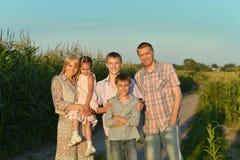 Familie die rust op gebied hebben Royalty-vrije Stock Fotografie