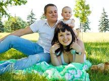 Familie die rust in park heeft royalty-vrije stock fotografie