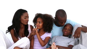 Familie die samen in bed spreken stock videobeelden