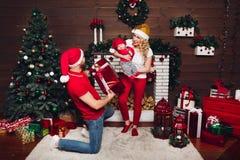 Familie die samen en van Kerstmis vieren de genieten stelt voor royalty-vrije stock foto's