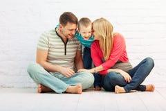 Familie die samen lacht royalty-vrije stock foto's