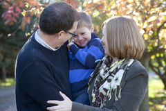 Familie die samen lacht royalty-vrije stock afbeelding